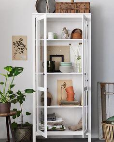 Her er et kom-i-gang-prosjekt som gir umiddelbar vårfølelse: Vask glassdørene og slipp frisk luft og noe nytt inn i vitrineskapet – gled deg til vår i vitrinen.  #HEMNES #vitrineskap #INGEFÄRA #krukker #IKEA #IKEAinspirasjon #interiør #interiørdesign #interiørinspirasjon