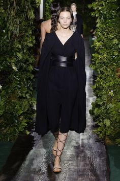 Stylish Saturday: lots of black and white at Valentino's Fall 2014 Runway Show http://www.style.com/fashionshows/review/F2014CTR-VALENTIN… #fashion pic.twitter.com/gNIwwJoGfc