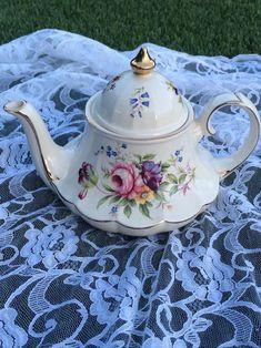 Articles similaires à Théière Sadler carrousel sur Etsy Tea Cup Saucer, Tea Cups, Teapots Unique, Vintage Teapots, Teacup Crafts, Carrousel, Perfect Cup Of Tea, China Tea Sets, Teapots And Cups