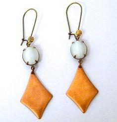 Boucles d'oreilles dormeuses, rustiques, pendentifs cuivre brut, cabochons sertis en verre blanc ovales : Boucles d'oreille par mes-creations-plaisir