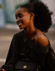 black beauty chocolate beauty la beaute ulzzang black ulzzang ethereal ulzzang pretty black dark skin light skill all colors art Best Street Style, Looks Street Style, Cool Street Fashion, Poses, Beautiful Black Girl, Pretty Black, Black Girl Aesthetic, Black Girls Hairstyles, Black Women Natural Hairstyles