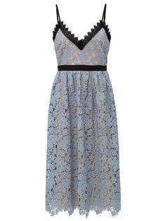 Typ:polodlouhé áčkové šaty s nastvitelnými ramínky Barva:světle modrá s nádechem do šeda, tělová, černá Zapínání:zip na...