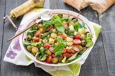 Feta-perunasalaatti on mainio kesäsalaatti, joka maistuu sellaisenaan tai vaikkapa savustetun lohen seurana tai grilliruoan kanssa. Feta-perunasalaatti 4-6 annosta 6 keskikokoista, kypsää perunaa 20