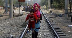 Mulher síria carrega bebê enquanto caminha por trilho de trem a caminho da fronteira da Grécia com a Macedônia, perto da cidade grega de Idomeni, em 07/09/15.  Fotografia: Yannis Behrakis/Reuters.  http://noticias.uol.com.br/album/2015/04/20/barcos-com-imigrantes-naufragam-no-mar-mediterraneo-em-2015.htm#fotoNav=135