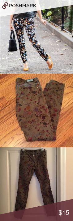 Zara Gray Floral Skinny Jeans size 4 Zara Woman Premium Denimwear Collection size four skinny pants with gray Floral design. These have a silky feel and are made with 97% cotton and 3% elastane. They are in great condition. Zara Pants Skinny