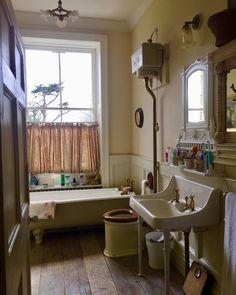 Edwardian bathroom of Delia Ash Dream Bathrooms, Beautiful Bathrooms, Edwardian Bathroom, 1920s Interior Design, Victorian Cottage, Victorian Decor, Flat Ideas, Vintage Interiors, Bathroom Styling