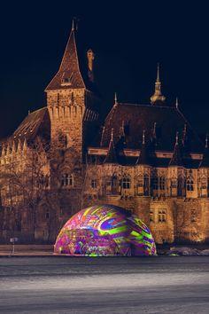 A sátras esküvőről nem az elegancia jut eszünkbe elsőre, pedig lehet azt másképp is csinálni ;)  A Műjégpályára felhúzott DOM sátort télen például pompás fényfestéssel tehetjük csodálatossá - ízlés szerint ;)   Tudj meg többet a DOM sátorról, kattints! Cologne, Budapest, Barcelona Cathedral, Building, Travel, Elegant, Viajes, Buildings, Destinations
