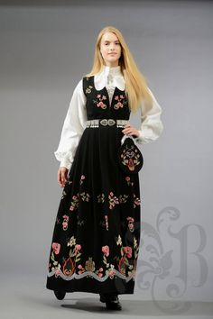 Grafferbunad med brodert liv Embroidery Dress, Cross Stitch Embroidery, Norwegian Clothing, Medieval Dress, Folk Costume, Modest Outfits, Traditional Dresses, Vintage Outfits, Visit Norway