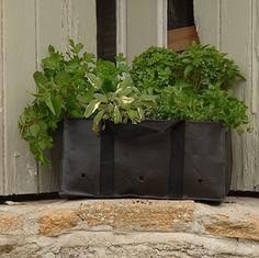 De Wiltfang plantentas voor kruiden is gemaakt van ademend materiaal en te gebruiken in de kleine balkonmand. Uiteraard kunt u de tassen ook los gebruiken.