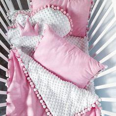 Taki komplecik może być w dowolnej kolorystyce  ten już czeka na Małą Księżniczkę  #rodzew2017 #rodzew2018 #malaksiezniczka #pokojdziecka #minky #minkyblanket #kocyk #chmurka #korona #komplet #instamama #ciaza #czekamyna #porod #rozowy #pink #pinkdots #dots #pompony #blanket