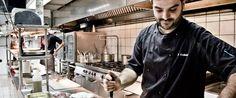 Αγρια αγκιναράκια από την Μεσσηνία, πρωτόλαδο από την Μάνη, παστό λικουρίνο από την Κομοτηνή και πολλά ακόμη... ο σεφ Περικλής Κοσκινάς, από το Αλάτσι, στήνει χριστουγεννιάτικο τραπέζι Made in Greece…