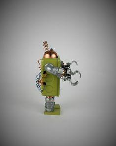 FiveBot View#4    #seekrbots #retroscifiart #vintage #vintageart #build #junkbots #antique #robotbuilder #intheworkshop #buildabot #scrapart #metalart #steampunk #steampunkart #robot #scifi #robotsculpture #assemblage #fobot #bot #mini