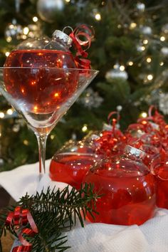 How to create cocktails in ornaments - Ornamentinis - for your holiday party. Christmas Party Food, Christmas Cocktails, Xmas Food, Christmas Dinners, Christmas Foods, Christmas Cooking, Christmas Wedding, Christmas Recipes, Large Christmas Ornaments