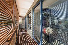 Diseño de balcón con persiana de madera