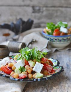 Мы очень любим хумус. Особенно в сопровождении освежающего овощного салата. А тут очень похожая вкусовая гамма, только нут целиком, и добавлены кубики кремовой…