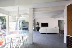 Благодаря большой площади остекления кухня всегда залита солнечным светом.
