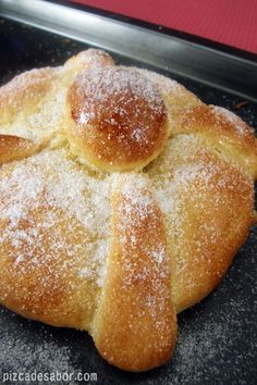 Learn to prepare a delicious pan de muerto with this recipe with step by step and very simple photos. Whether your first dead bread or not, here you will learn with this rich recipe. Mexican Sweet Breads, Mexican Bread, Mexican Dishes, Mexican Breakfast, Mexican Cooking, Mexican Food Recipes, Dessert Recipes, Mexican Bakery, Delicious Desserts