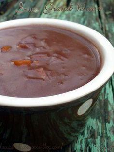 Sauce grand Veneur (pour gibier et viande rouge) INGRÉDIENTS : - 2 carottes - 2 oignons - 2 échalotes - 1 branche de thym et 2 feuilles de laurier - 30gr de farine - 10cl de vinaigre - 50cl de vin rouge - 50cl de fond de veau - 1 carré de chocolat noir...