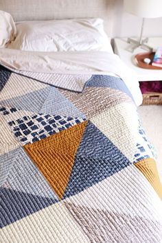 This quilt pattern.Vast Quilt - Noodlehead, a large half-square triangle quilt. Pattern from Patchwork Essentials: The Half-Square Triangle by Jeni Baker. Colchas Quilting, Machine Quilting, Quilting Projects, Sewing Projects, Big Block Quilts, Quilt Blocks, Quilt Kits, Mini Quilts, Star Quilts