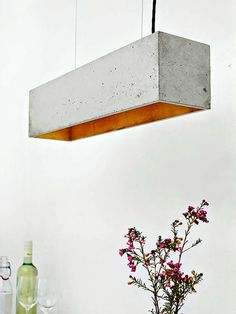 The rectangular pendant lamp is cast from a light gray concrete. It combines noble gold with rough concrete into a timeless and elegant designer lamp. The high quality gilding of the insides emits a pleasant warm light. Diy Luminaire, Luminaire Design, Concrete Light, Concrete Lamp, Beton Design, Concrete Design, Interior Design Minimalist, Minimalist Decor, Minimalist Kitchen