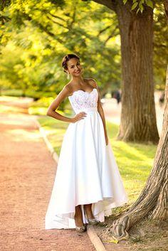 Ludivine Guillot, robe de mariée sur mesure à Lyon. Mikado - soie - bustier - dentelle - strass évasée - princesse - chic - courte - rétro - années 60 - élégant - wedding dress - bridal gown lace - mariage - tendance 2017 2018