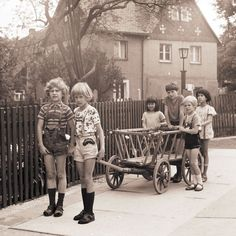 Kinder in der DDR mit Bollerwagen (East German children playing with a cart) Vintage Children Photos, Vintage Pictures, Vintage Images, History Of Germany, Creepy Kids, Retro Photography, Photo Vintage, East Germany, Boy Pictures
