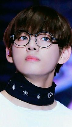 Kim Taehyung or BTS V is known for his duality. He can possess a totally different persona, from being cute to being extremely hot. Bts Taehyung, Jimin, Bts Bangtan Boy, Bts Boys, Namjoon, Hoseok, Foto Bts, Yoonmin, V Smile
