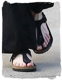 birkenstock-gizeh-sandals-anne-hathaway