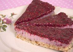 Vad sägs om en härlig halloncheesecake till midsommarfesten? Bottnen av valnötter och dadlar är ljuvlig i kombination med hallonfyllningen. Rågod och raw food!