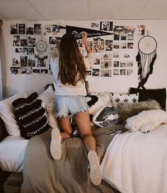 I am OBSESSED with this college dorm room ideas! I am going to do this dorm roo… I am OBSESSED with this college dorm room ideas! I am going to do this dorm room DIY. This post has so many dorm room decor ideas for girls Dorm Room Walls, Cool Dorm Rooms, College Dorm Rooms, Room Wall Decor, Bedroom Decor, Bedroom Wall, Dorm Room Bedding, Bedroom Stuff, Kid Rooms
