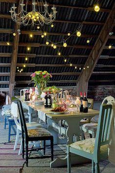 Venetsialaisjuhlat vanhassa navetassa. Pöydät ja tuolit Juvista. Stailaus ja kuva Frida Steiner/Terassi-lehti
