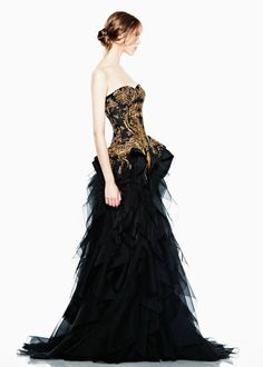 Have you ever thought that Alexander McQueen was a lone genius? Then you may be surprised that this is not totally true. In fact, Sarah Burton lived underneath his shadow for 14 years. Today she is is Creative Director for Alexander McQueen. Style Couture, Couture Fashion, Runway Fashion, Beautiful Gowns, Beautiful Outfits, Gorgeous Dress, Gorgeous Gorgeous, Amazing Outfits, Mode Baroque