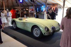 #Jaguar #C_Type à #Goodwood #Revival Article original : http://newsdanciennes.com/2015/09/17/grand-format-a-la-decouverte-de-goodwood-revival/ #Classic_cars #Cars #Vintage #Racecars