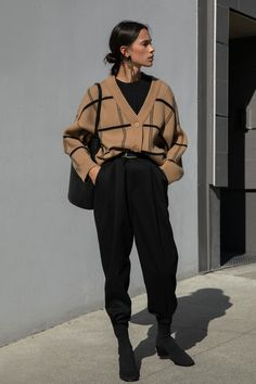Outfits with baggy pants that will shake the cold Source by . - Outfits with baggy pants that will shake the cold Source by - Trend Fashion, Winter Fashion Outfits, Fashion 2020, Look Fashion, Workwear Fashion, Vintage Winter Fashion, Tokyo Fashion, 90s Fashion Grunge, Fall Fashion Outfits