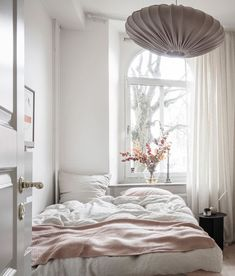 Fresh and warm tints combined Dorm Room Ideas combined Fresh tints warm Small Room Bedroom, Bedroom Decor, White Apartment, Rustic Home Interiors, Minimalist Room, Home Decor Quotes, Home Decor Paintings, Beautiful Bedrooms, House Rooms