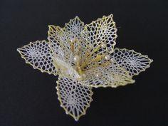 Lilie - brož Bobbin Lacemaking, Lace Art, Lace Jewelry, Needle Lace, Lace Flowers, Dremel, Irish Crochet, Flower Patterns, Needlework