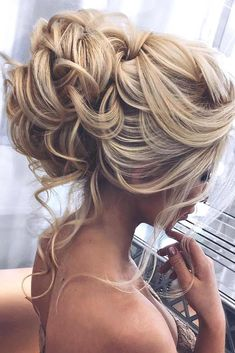 Trendy prom hairstyles for long hair can fit any lady's taste and the desirable look. Our collection of hairstyles offers it all: they are romantic, elegant, intricate and, most importantly, super-amazing. #promhairstylesforlonghair #promhairstyles #promhair #homecominghairstyles