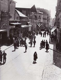 Calle de Santa Isabel junto al @CineDore en 1932. No se ve ni un coche, dominan los peatones.
