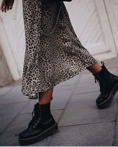 Leopard skirt and Doc Martens Leopard skirt and Doc Martens Estilo Doc Martens, Doc Martens Stil, Dr. Martens, Doc Martens Boots, Dr Martens Outfit, Dr Martens Fashion, Casual Winter Outfits, Fall Outfits, Outfit Winter