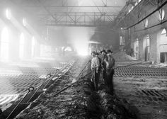 Workers casting iron in the smelter, #Chicago, c1900. #workers #industry