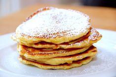 Her er den bedste opskrift på små og tykke pandekager, hvor pandekagedejen laves med kærnemælk. Du får en ret tyk pandekagedej, og du kan bage tre små og tykke pandekager ad gangen på en varm