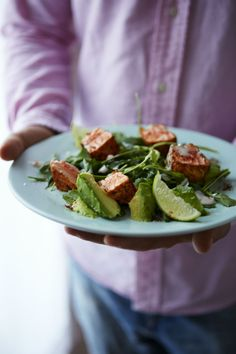 Add this salmon and avocado salad to your Easter brunch menu. Salmon Salad Recipes, Fish Recipes, Real Food Recipes, Yummy Recipes, Yummy Food, Healthy Recipes, Easter Brunch Menu, Swedish Recipes, Avocado Salad