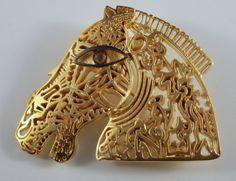 "Broche Pendentif signée Robert Combas - ""Cheval doré""    Broche pendentif en laiton, signée au dos Land Art, Cuff Bracelets, Sculptures, Horses, Jewels, Brass Pendant, Prints, Artists, Horse"