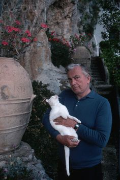 Gore Vidal and his kitty; they're both controversial. I Love Cats, Crazy Cats, Socializing Dogs, Celebrities With Cats, Men With Cats, Gore Vidal, Cat People, Beautiful Cats, Actors