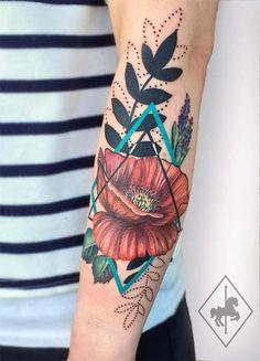 Jason Adelinia é um tatuador inglês muito talentoso e original! Ele é o dono e um dos artistas responsáveis pelo Carousel Tattoo, um estúdio famoso e moderninho da Inglaterra. Apesar de ser muito reconhecido pelas tattoos personalizadas que misturam aquarela com toques realistas (que são lindas mesmo!), achei super diferente a nova ideia do tatuador: desenhos de flores sem contornos, bem delicadas, misturando elementos abstratos, figuras geométricas, tons pastel da...