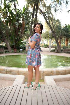 diannetho con vestido de flores en el Paseo del Parque en Málaga bc9973792dc