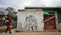 De formación artística tradicional de lienzo y caballete, dos jóvenes cubanos, Maisel López y Yulier P, han dado el salto al muro al decorar con sus obras las calles de La Habana.