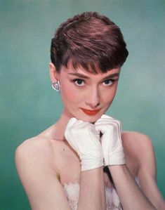 Use these incredible 25 Timeless Audrey Hepburn Style Tips to give you that Audrey Edge! If you don't know by now, Audrey is a style icon! Audrey Hepburn Pixie, Audrey Hepburn Hairstyles, Audrey Hepburn Photos, Fringe Hairstyles, Hairstyles With Bangs, Vintage Hairstyles, Bouffant Hairstyles, 1950s Hairstyles, Beehive Hairstyle