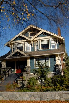 Craftsman Bungalow - wie dieser Stil auch - Aspects of THE perfect house - dekoration Craftsman Exterior, Craftsman Style Homes, Craftsman Bungalows, Exterior Stairs, Art Nouveau, Bungalow Homes, Bungalow Porch, Arts And Crafts House, Exterior House Colors