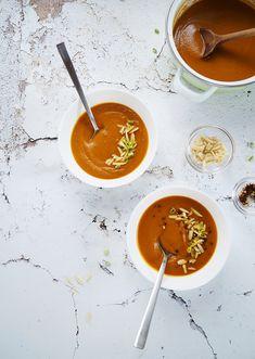 Bár egészen furcsa ez a november a nagyon enyhe 10 fok körüli hőmérsékletével, azért gondolom nem én vagyok az egyetlen, aki szívesen készít ilyenkor leveseket. Amolyan igazi, lélekmelegítőt, gőzölgőt, a nyár ízeit még őrző zöldségekből, amivel akár a kanapéra is jó bekuckózni. Nagyon sokáig nem… Thai Red Curry, Ethnic Recipes, November, Food, November Born, Essen, Meals, Yemek, Eten